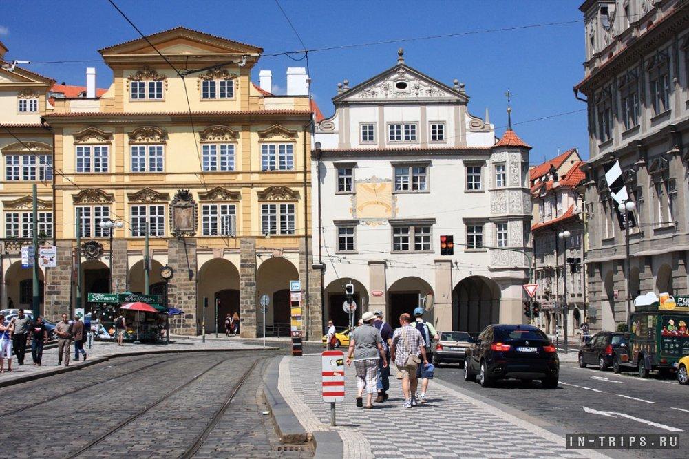 Улочка в туристическом центре Праги. Как можно видеть на фото, экскурсии тут не продают.