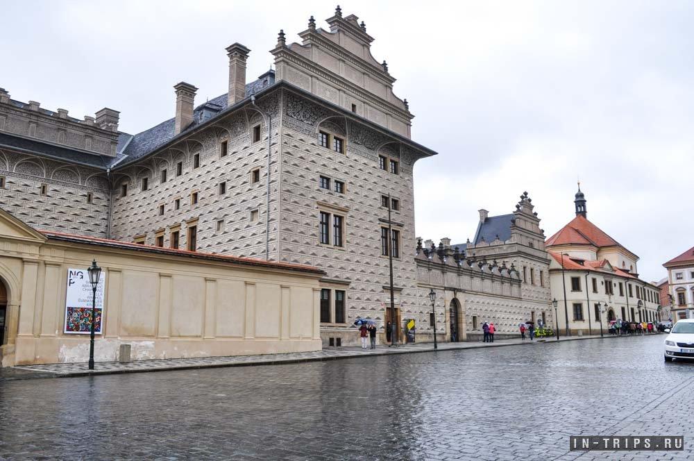 Вид на Шварценбергский дворец со стороны Пражского града.