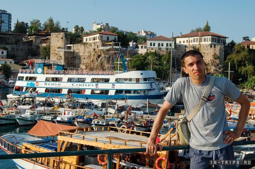 Морские трамвайчики в старом порту Анталии.