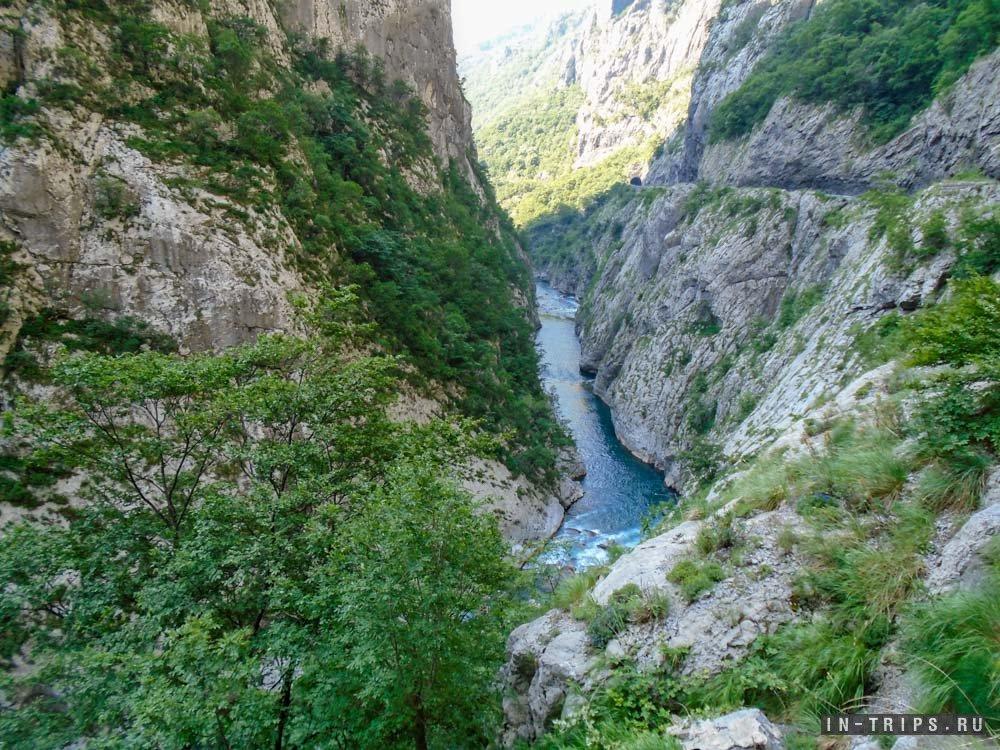 """Каньон реки Морача, это место можно увидеть в составе групповой экскурсии """"Каньоны Черногории""""."""