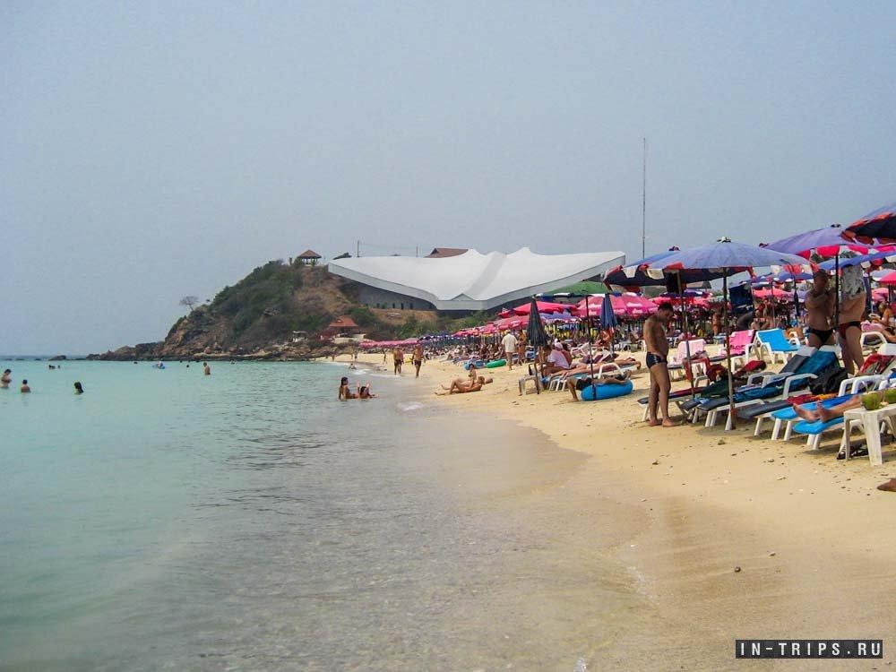 Вот пляж Самае, на заднем плане здание энергодома (солнечный генератор).