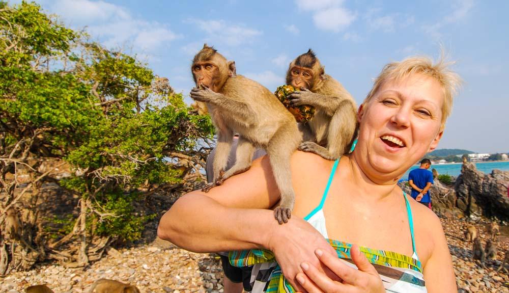 Паттайя остров обезьян, туристы на острове обезьян.