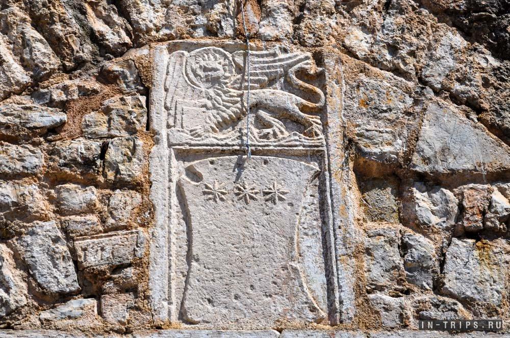Венецианский лев на стенах Старого города.