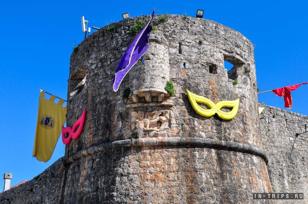 Крепостные стены Старого города, сегодня они не ждут врагов, а ждут друзей.