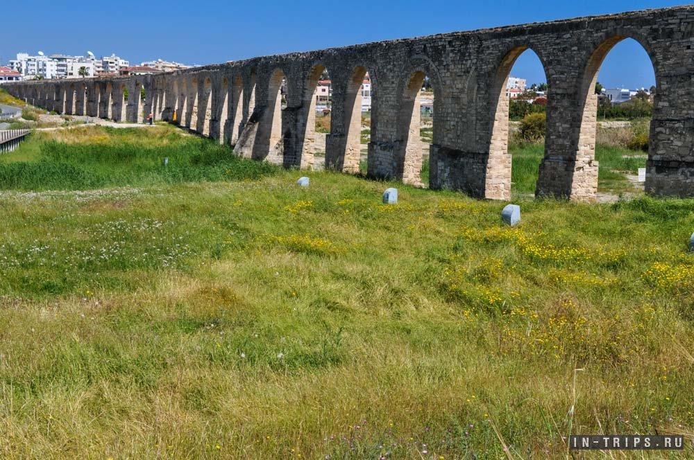 Акведук Камарес, на заднем плане видны жилые районы Ларнаки.