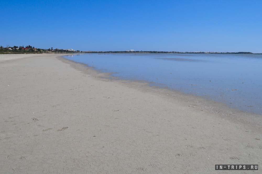 Вот так выглядит берег соленого озера. Летом вода из него уходит каждый день.