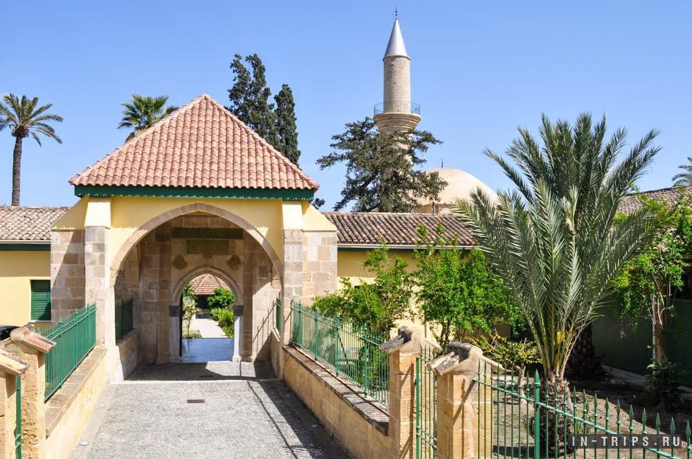 На территорию мечети Хала Султан Текке можно войти через вот такие ворота.