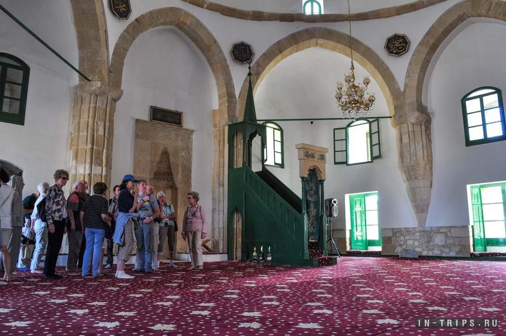 Туристы в мечети Хала Султан Текке.