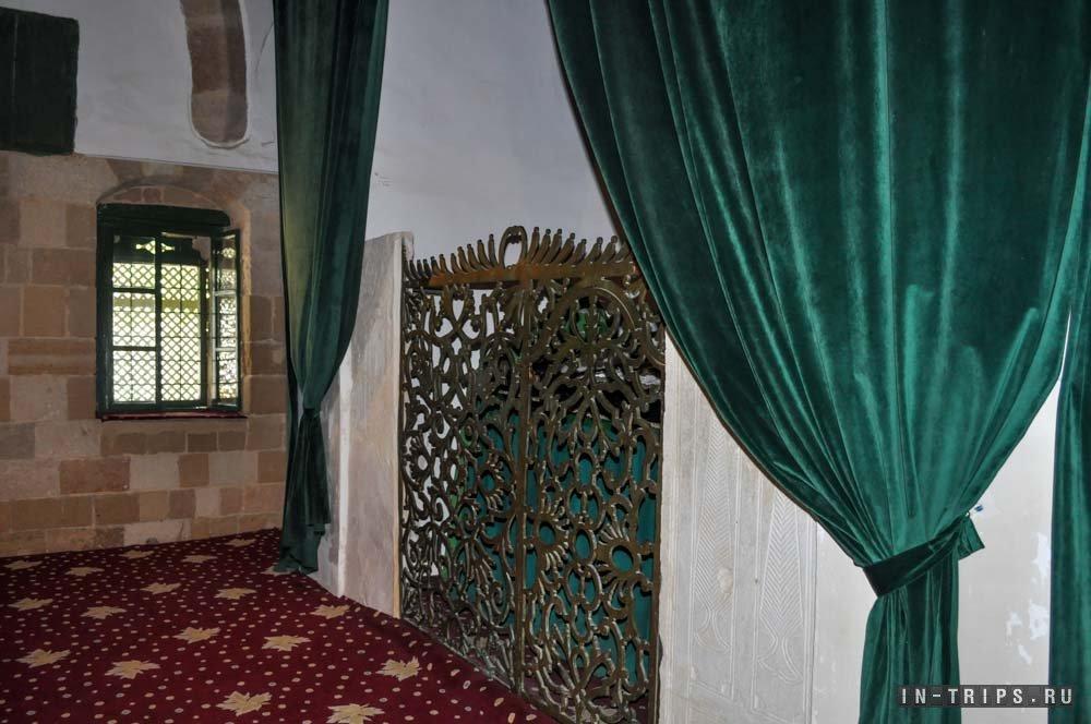Внутри мавзолея Умм Харам. Помещение пристроено к основному зданию мечети, вход осуществляется через него.