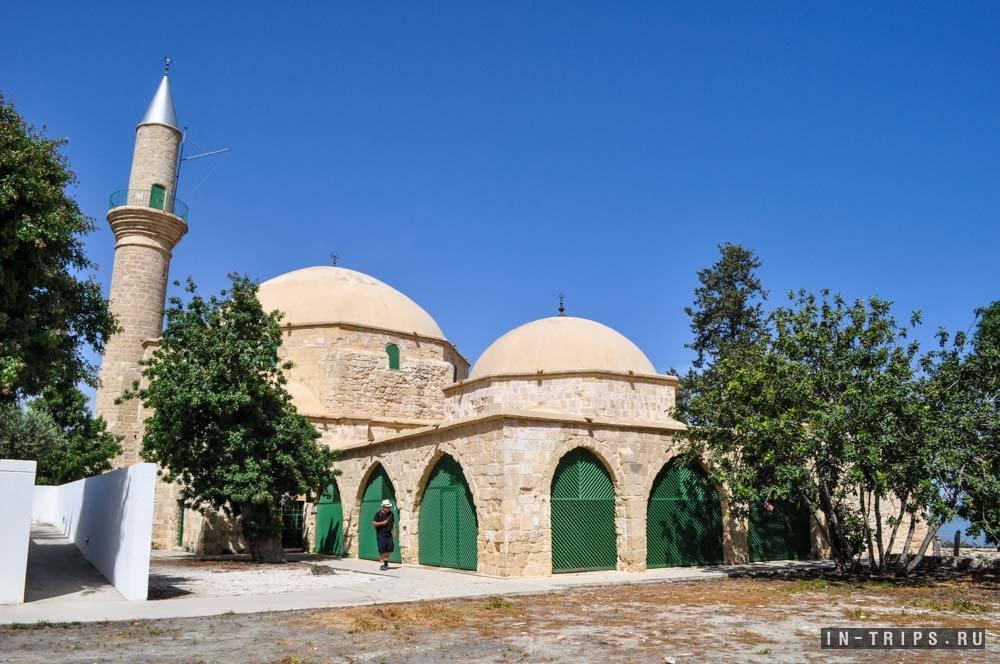 Малый купол - это усыпальница Умм Харам и могилы, большой купол - это мечеть.