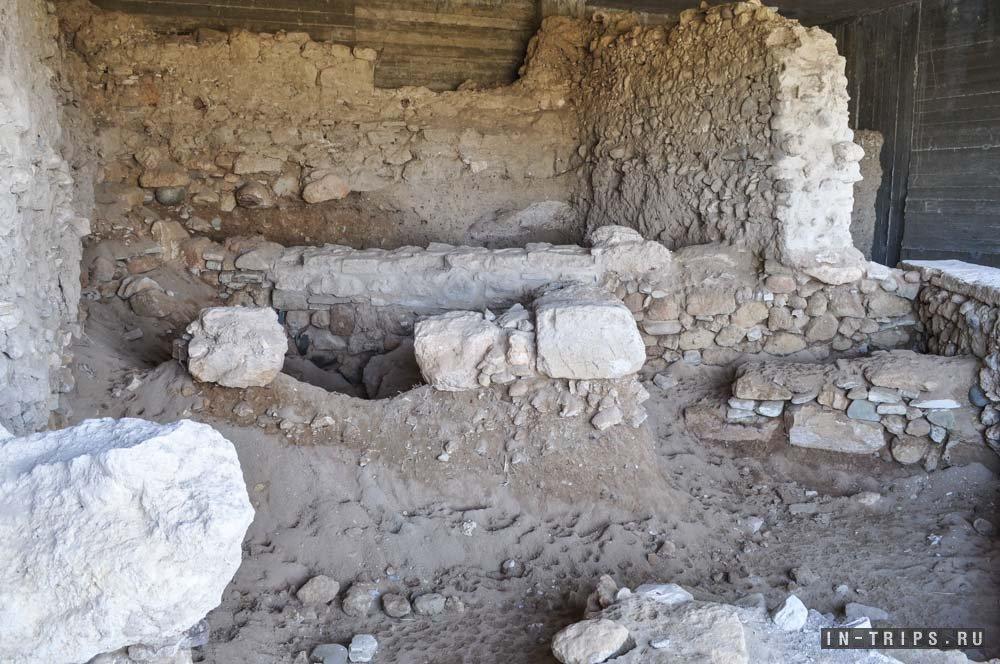 На территории мечети можно посмотреть на древние раскопки, все найденные артефакты ищите в форте Ларнаки.