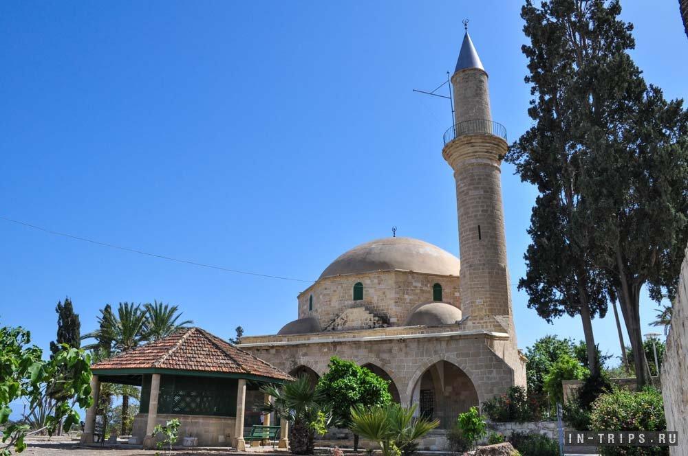Внутренний двор мечети Хала Султан Текке.