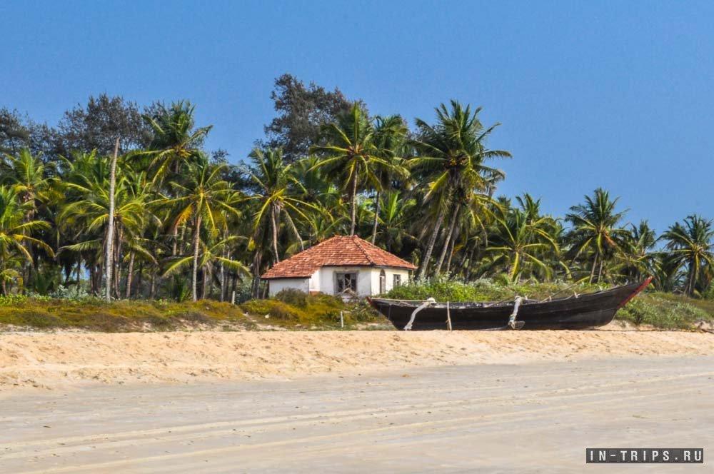 Пустынный пляж на юге Гоа.